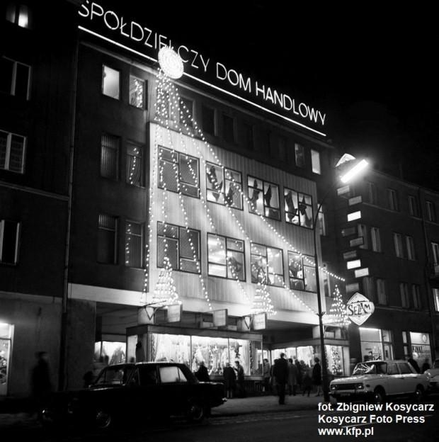"""Spółdzielczy Dom Handlowy """"Sezam"""" wieczorem w świątecznej dekoracji, zdjęcie wykonane w grudniu 1972 roku."""