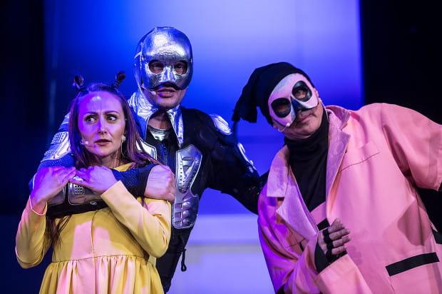 Dorota (Magdalena Żulińska), Blaszany Drwal (Piotr Kłudka, w środku), czy Strach na Wróble (Andrzej Żak, po prawej) przemierzają bajkowe krainy w poszukiwaniu najważniejszych wartości.