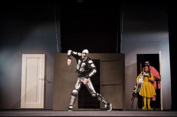 Spektakl oprócz efektownych kostiumów i przemyślanej scenografii, ma też prościutką konstrukcję - bohaterowie z Dorotką wchodzą jednymi drzwiami, wychodzą drugimi, po drodze mając na scenie rozmaite przygody.