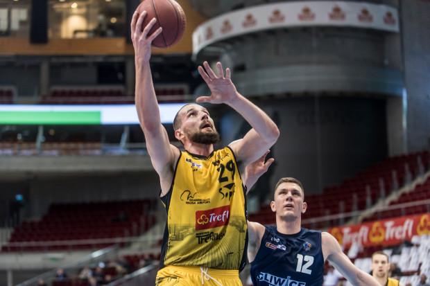 W końcówce meczu Paweł Leończyk popisał się ważną zbiórką w ataku oraz celnym rzutem wolnym, który ustalił wynik na 77:75.