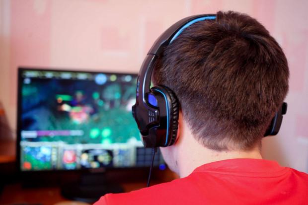 Kompletujemy sprzęt do gier e-sportowych. Komputer czy laptop? Jakie do tego dobrać akcesoria?