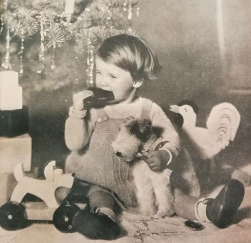 Radość przy odpakowywaniu bożonarodzeniowych prezentów, 1937 r. Ze zbiorów PAN Biblioteka Gdańska.