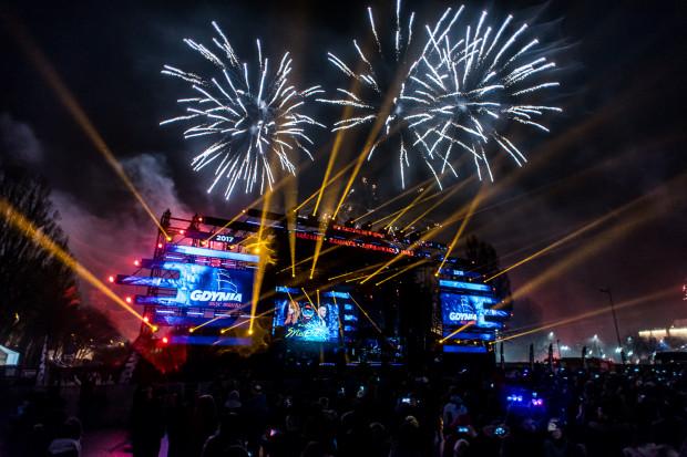 W tym roku ani w Gdyni, ani w Gdańsku nie zobaczymy pokazu sztucznych ogni, będą natomiast pokazy laserowe. Jedyny pokaz fajerwerków w Trójmieście zobaczymy z sopockiego mola.