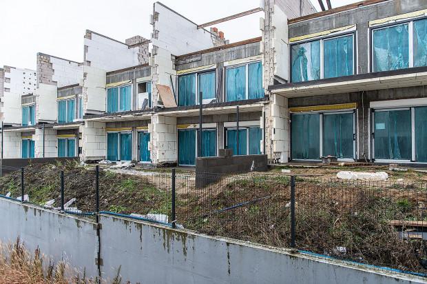 Najbardziej opóźniona budowa - domy przy ulicy Płockiej. Nabywcy obawiają się, że kolejna zima będzie miała wpływ na konstrukcję budynku.