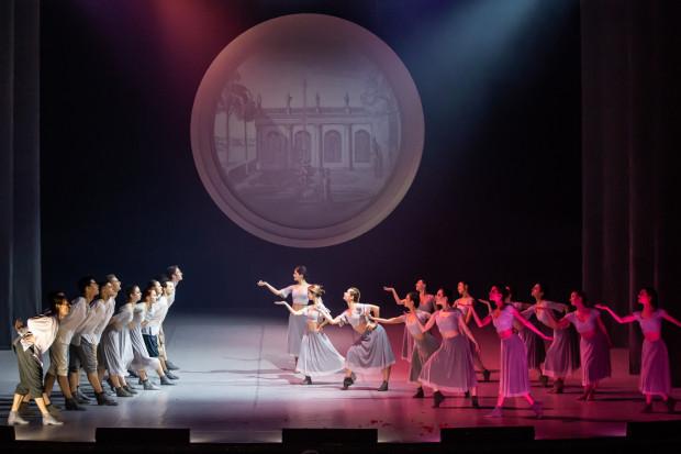 Na scenie bardzo często gości Balet (na zdjęciu), kreujący m.in. żywe obrazy, uzupełniające scenografię przedstawienia.