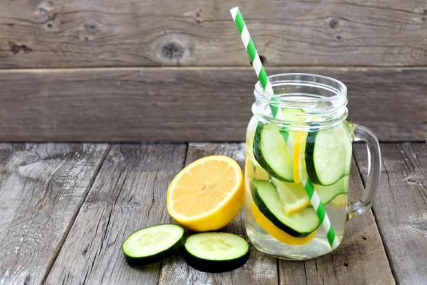 Aby poczuć się lepiej po obżarstwie, pij dużo wody i naparów oraz unikaj napojów z cukrem.