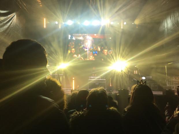 Tłumy czekają już na Nowy Rok na Targu Węglowym.
