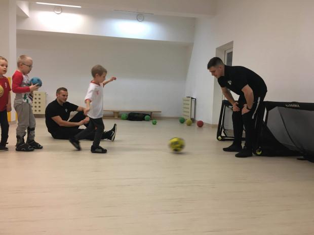 Szkółka piłkarska zorganizowała treningi dla niepełnosprawnych dzieci.