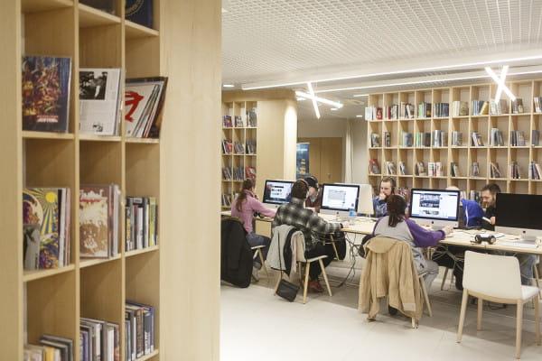 Czytelnicy przychodzą do biblioteki już nie tylko po tradycyjne książki, lecz także po e-booki, audiobooki, komiksy czy płyty DVD, CD i winylowe, a także gry (konsole i tradycyjne planszówki), co szczególnie ma miejsce w oddziałach zwanych mediatekami. Na zdjęciu: Sopoteka.