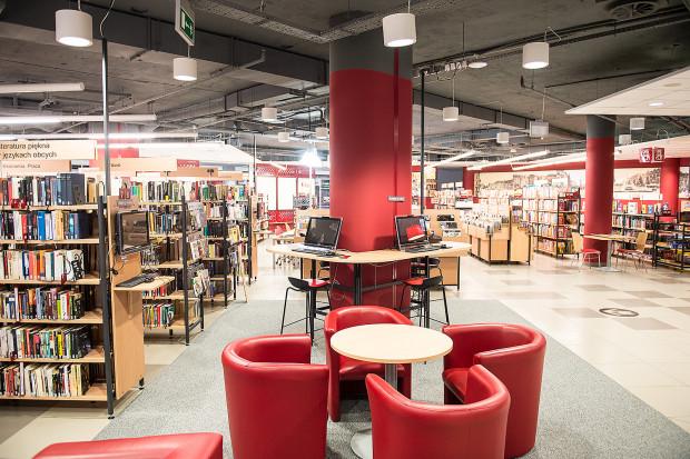 """""""Biblioteki to przede wszystkim miejsce spotkań: ludzi, idei, myśli, doświadczeń, szeroko pojętej kultury. Przy tym wszystkim to nadal przestrzeń, w której można się wyciszyć, zainspirować i dać się porwać literaturze"""". Na zdjęciu: Biblioteka Manhattan."""
