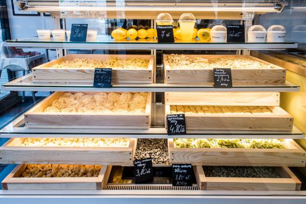 Gdańskie Pastificio to pierwszy w Polsce sklep i bar z makaronami robionymi na miejscu. Jest ich tutaj nawet kilkanaście rodzajów.
