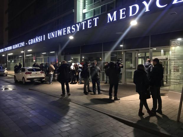 Prezydent jest operowany w UCK. Pod budynkiem szpitala zebrali się przedstawiciele mediów.