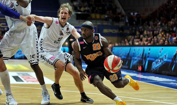 Na zdjęciu Courtney Eldridge mija Mantasa Cesnauskisa... Czy w Słupsku koszykarze Asseco Prokomu odzyskają atut parkietu?