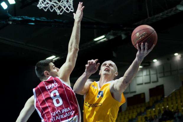 Dariusz Wyka (z prawej) w pojedynku z Wojciechem Frasiem.
