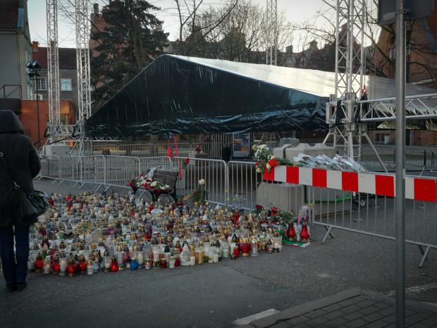 Mieszkańcy zapalają znicze i zostawiają kwiaty przed sceną, na której doszło do tragicznych wydarzeń podczas finału WOŚP.