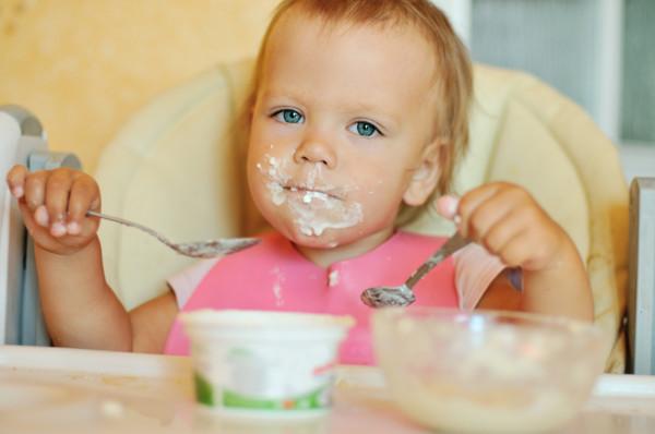 Dzieci zwykle na początku posługują się obiema rękami, zanim wybiorą tę, którą będą później preferowały i się nią posługiwały.