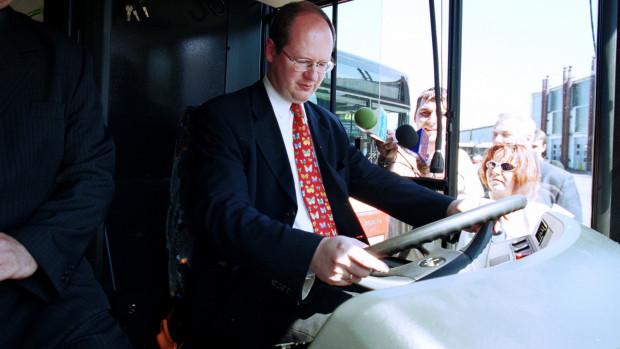 Prezydent za kierownicą nowego MAN-a w 2002 roku.