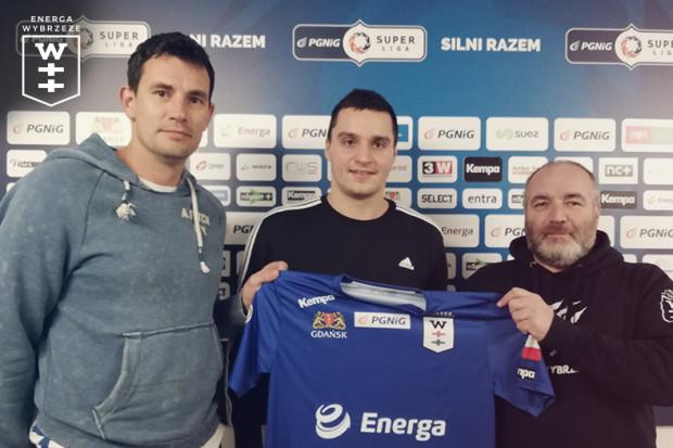Kelian Janikowski (w środku) z trenerem Marcinem Lijewskim (z lewej) i prezesem Serge Boscą (z prawej).