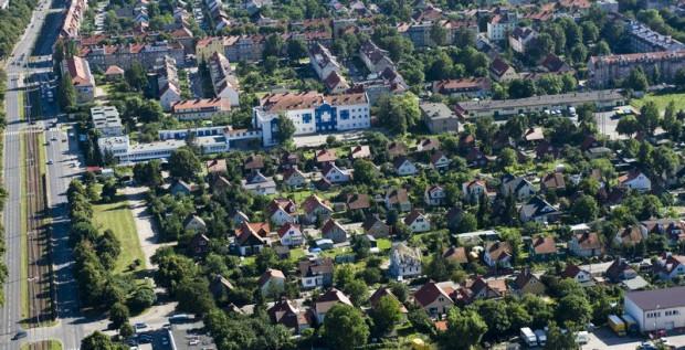 Osiedle fińskich domków we Wrzeszczu (na pierwszym planie). Po lewej al. gen. Józefa Hallera z widocznym torowiskiem tramwajowym.