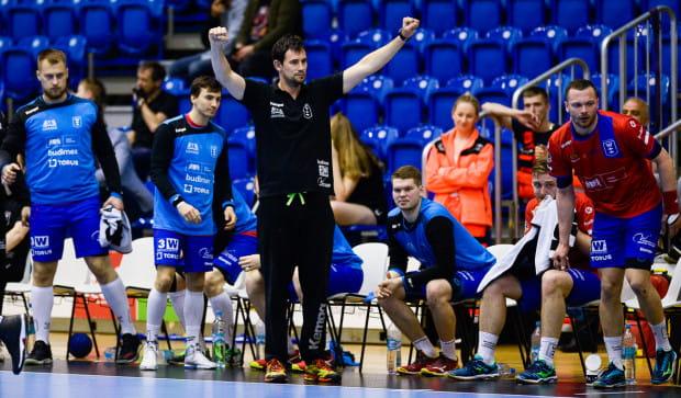 Marcin Lijewski (w środku) wierzy, że Wybrzeże krok po kroku będzie pięło się w hierarchii Superligi. Szkoleniowiec gdańszczan zwraca uwagę na to jak w dobie dzisiejszych technologii, trudno przyciągnąć młodzież do sportu.