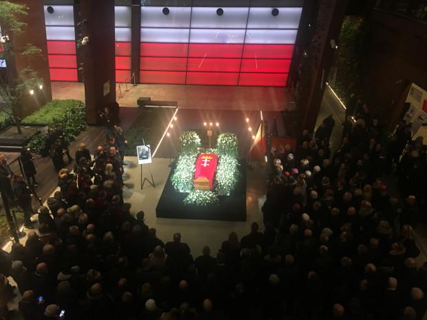 Trumna z ciałem Pawła Adamowicza jest już w Europejskim Centrum Solidarności.