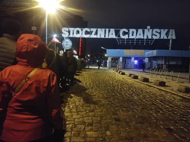 Piątek, godz. 6:30. Długa kolejka żałobników przed Europejskim Centrum Solidarności, którzy czekają na wejście i ostatnie pożegnanie z Pawłem Adamowiczem mimo niskiej temperatury.
