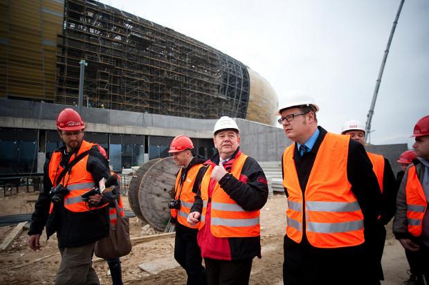 Paweł Adamowicz na placu budowy stadionu w Letnicy.