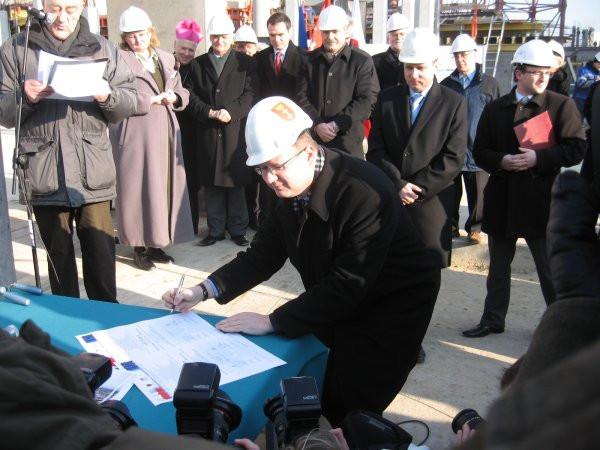 Paweł Adamowicz podpisuje akt erekcyjny hali na granicy Gdańska i Sopotu.