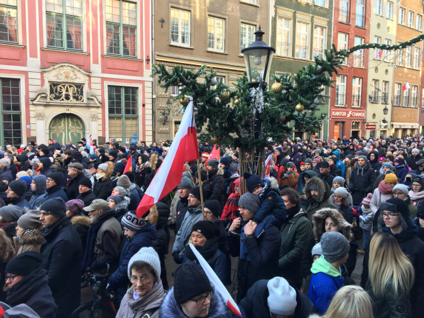 Najwięcej osób ogląda transmisję z mszy na Długiej i Długim Targu.