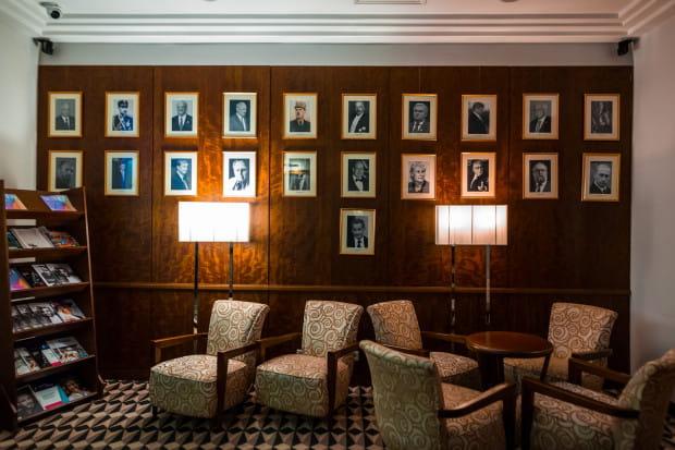 Ściana pamiątkowa w Hotelu Sofitel Grand, na której znajdują się portrety sławnych gości hotelowych.