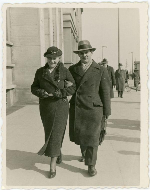 Doktor Jadwiga Titz-Kosko z mężem kpt. Stanisławem Kosko na ul. 10 Lutego w Gdyni, 1938 r. (ze zbiorów Muzeum Miasta Gdyni)