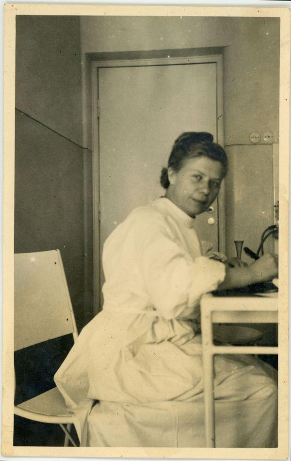 Dr Jadwiga Titz-Kosko w Szpitalu Dzieciątka Jezus w Warszawie, 12.10.1941 r. Autor fot. nieznany (ze zbiorów Muzeum Miasta Gdyni)