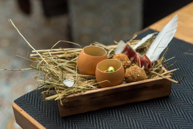 Na początek goście otrzymali po jednym amuse-bouche od każdego z szefów kuchni, czyli przekąskę na jeden, dwa kęsy.