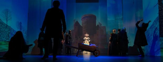 Scenografia spektaklu składa się przede wszystkim z animowanych wizualizacji, odpowiadających miejscom, gdzie znajduje się Remus. Dobrze widać ją jednak tylko w momentach półmroku.