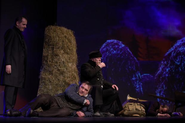 Sam Remus (Grzegorz Wolf, na pierwszym planie) - w swojej tułaczce pokonuje swoje demony, by zmierzyć się ostatecznie z Czernikiem (Dariusz Szymaniak, po lewej), w którym rozpoznaje Smętka, diabła mącącego na Kaszubach.