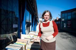 Stoisko z książkami na zewnątrz biblioteki.