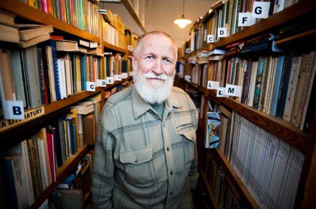 Jan Urbanik wśród księgozbioru biblioteki, który liczy przeszło 20 tys. pozycji.