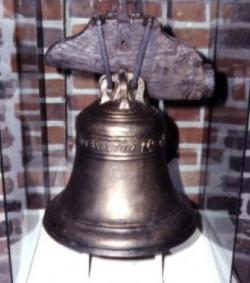 """Dzwon okrętowy wydobyty z wraku żaglowca zatopionego w Bałtyku angielskiego żaglowca """"General Carlton""""."""