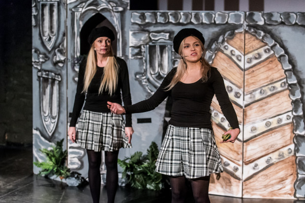 Pretekstem do opowiedzenia historii jest zabawa dwóch dziewczynek, szukających sobie ciekawego zajęcia. Na zdjęciu Dorota Sadowska (po lewej) i Martyna Janczewska.
