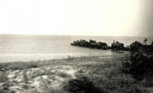 Połączone lokomotywy parowe, przegradzające Mierzeję Helską, miały stanowić zaporę przed zdobywającymi półwysep żołnierzami Armii Czerwonej.