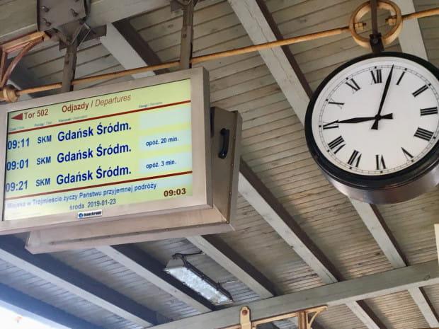 Opóźnienia w kursowaniu pociągów, awarie sieci trakcyjnej, zatłoczenie - to sprawy na które najczęściej zwracają uwagę mieszkańcy Trójmiasta. Ale komunikacja kolejowa w Trójmieście ma także inne problemy, które na co dzień aż tak bardzo nie rzucają się w oczy.