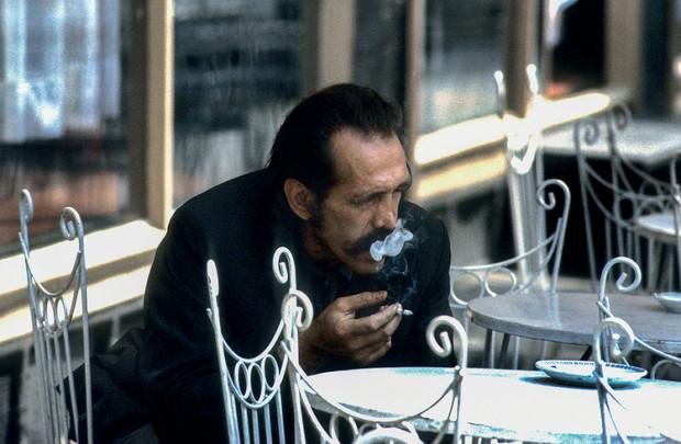 Zamyślony z papierosem, plac Solny we Wrocławiu, 1982 r., stan wojenny