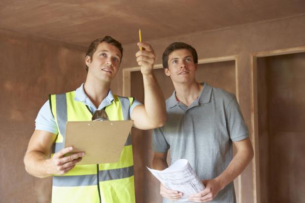 Możliwość wejścia na budowę warto wykorzystać nie tylko po to, by nacieszyć się nowym mieszkaniem, ale także by sprawdzić zgodność detali z projektem.