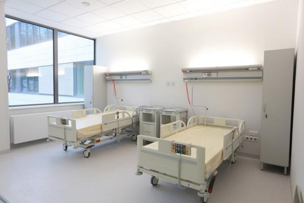 Pomiędzy 4 i 6 lutego 2019 Kliniki Położnictwa oraz Neonatologii przenosić się będą do budynku Centrum Medycyny Nieinwazyjnej przy ul. Smoluchowskiego 17. Nowy trakt porodowy ruszy pełną parą 7 lutego 2019.