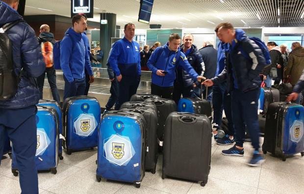 Piłkarze Arki na lotnisku już po podróży do Polski.