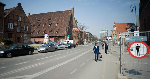 Ul. Podmłyńska w centrum Gdańska. Nawet najlepszym kierowcom trudno wskazać, które linie tu obowiązują.