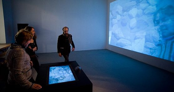 """Największe zainteresowanie oglądających wzbudza praca """"Liquid Views"""", która na specjalnym ekranie wyświetla obraz do złudzenia przypominający taflę wody, w której można się zanurzyć."""