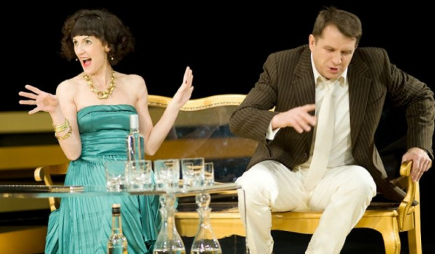 """Lubisz konwencjonalne komedie salonowe? Teatr Wybrzeże przez cały weekend majowy gra """"Per procura"""" (na zdjęciu Anna Kociarz i Grzegorz Gzyl)."""