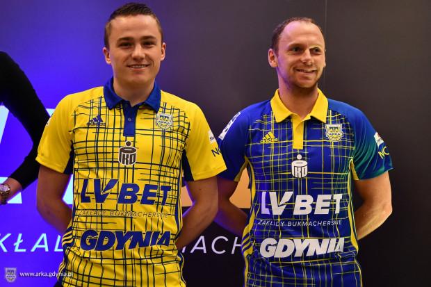 Nowe koszulki Arki Gdynia zaprezentowali piłkarze: Michał Nalepa (żółta koszulka) i Rafał Siemaszko (niebieska koszulka).