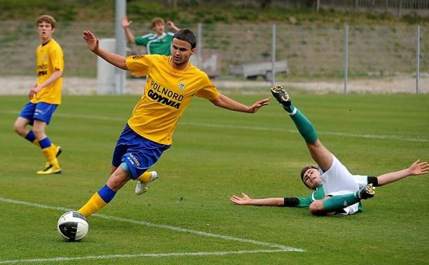 Młodzi piłkarze z Gdyni nie popełnili błędu starszych kolegów i nie dali sobie wydrzeć zwycięstwa.